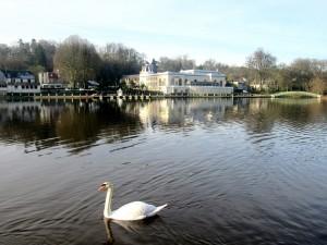 Lac et casino de bagnoles de l'orne en Normandie.