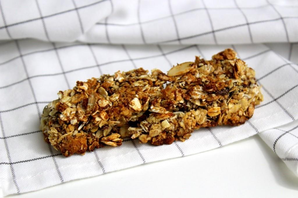barres de céréales maison au chocolat et aux amandes.