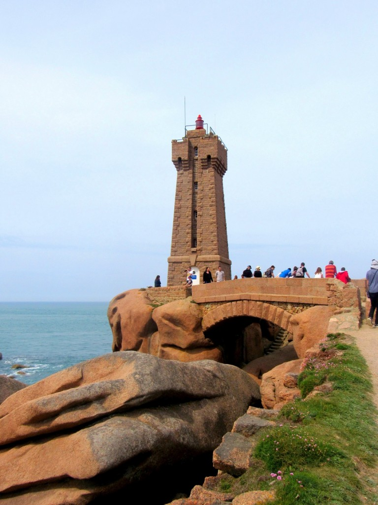 phare de ploumanach sur la côte de granite rose.