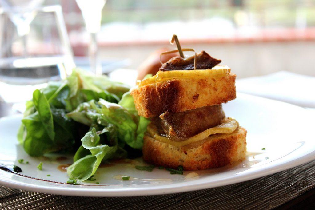 Entrée de burger brioché au foie gras à l'hôtel du Béryl à Bagnoles de l'Orne.