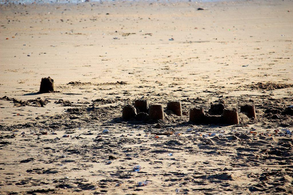 châteaux de sable sur la plage