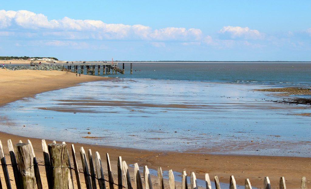 Plage et ponton de la Tranche sur Mer en Vendée.