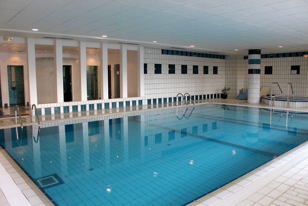 Spa de l'hôtel du béryl à Bagnoles de l'orne. Jacuzzi, sauna, hammam, piscine et soins pour un week-end détente au calme en Normandie.