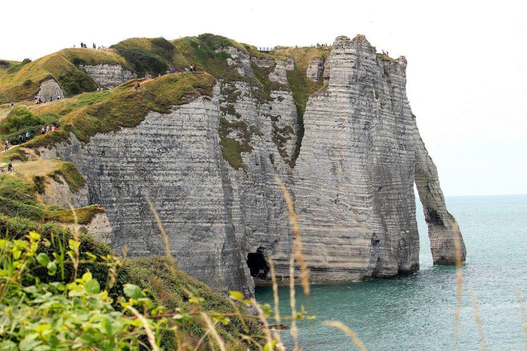 L'immensité des falaises d'Etretat en Normandie. Un superbe endroit à découvrir en France.