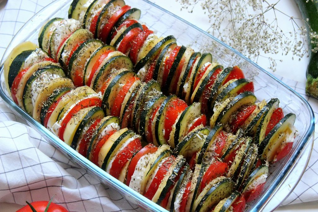 Recette colorées pour l'été de tian aux légumes et mozzarella parfaite avec un barbecue.