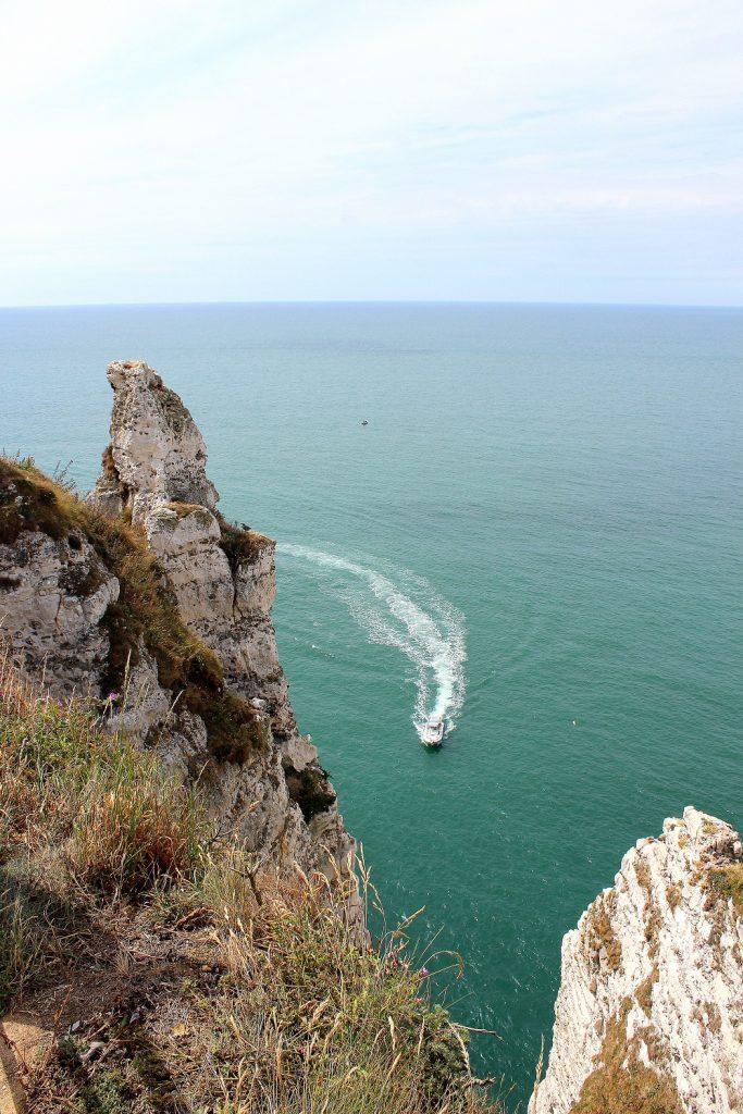Vue d'en haut depuis les falaises d'Etretat en Normandie.