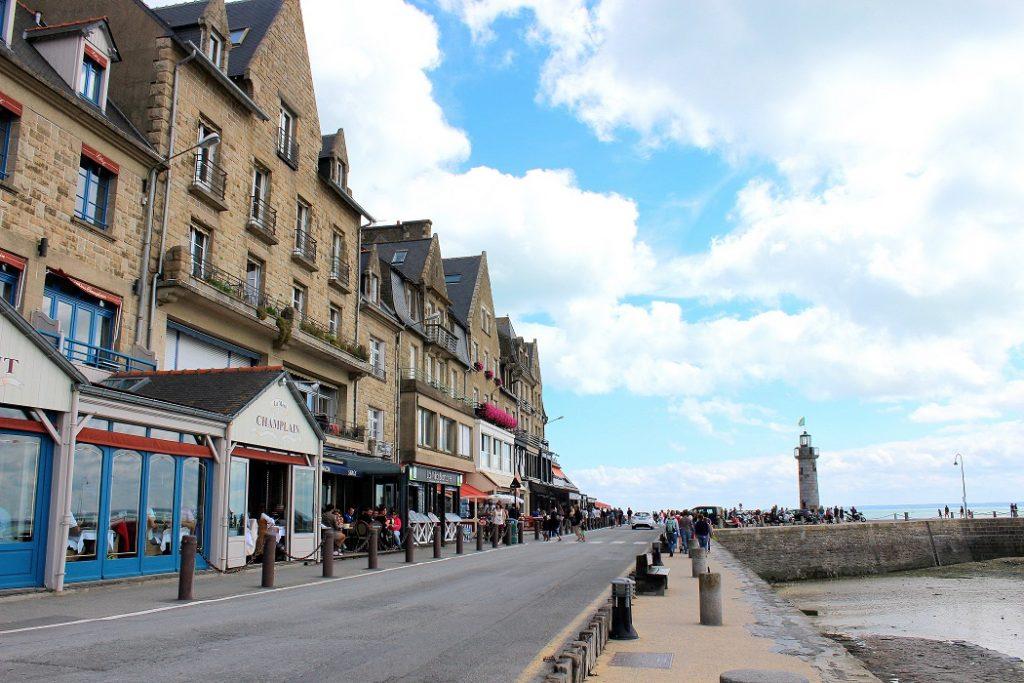 Rue principale de la jolie ville de Cancale en Bretagne.
