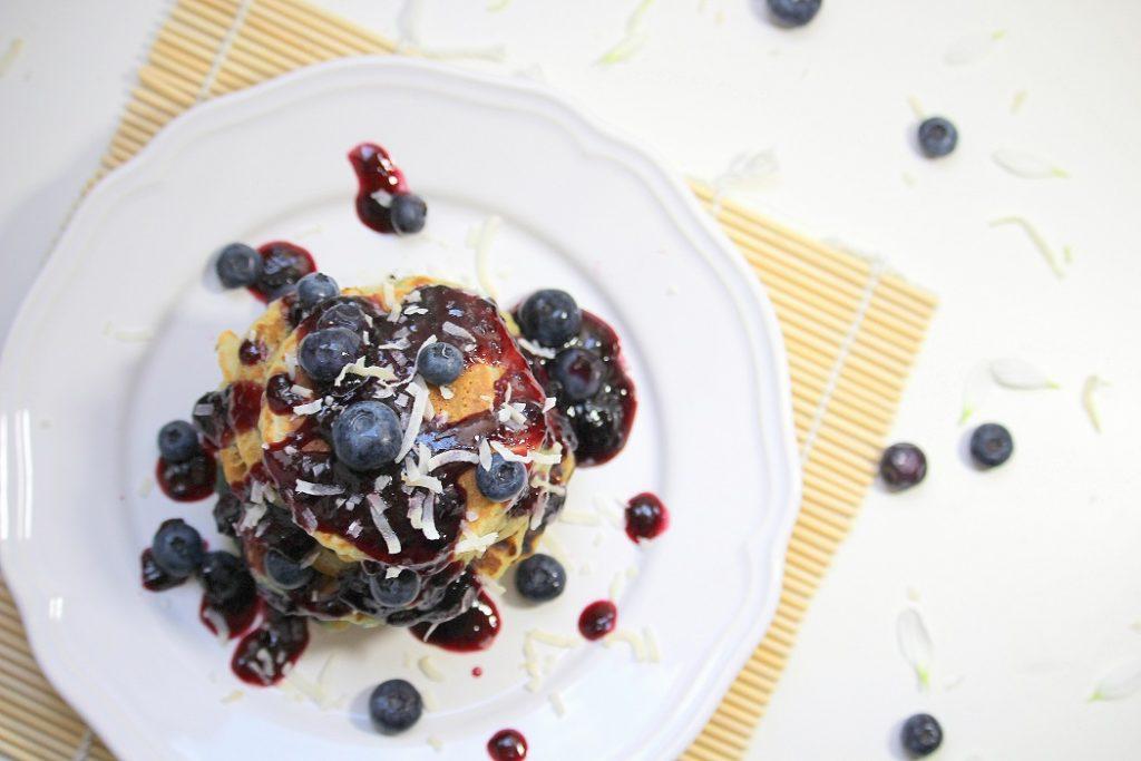 Recette de pancakes vegan aux myrtilles. Gourmande, healthy et facile à faire. Parfaite pour le petit déjeuner.