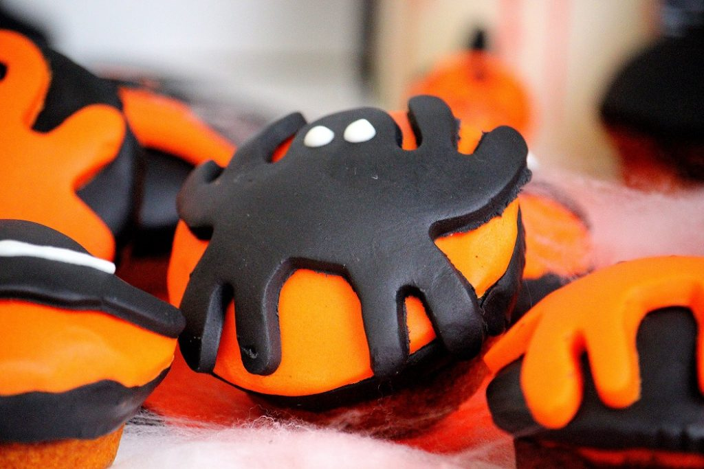 Recette de muffins marbrés pour Halloween. Une recette avec des décorations effrayantes. Facile à faire et gourmande.
