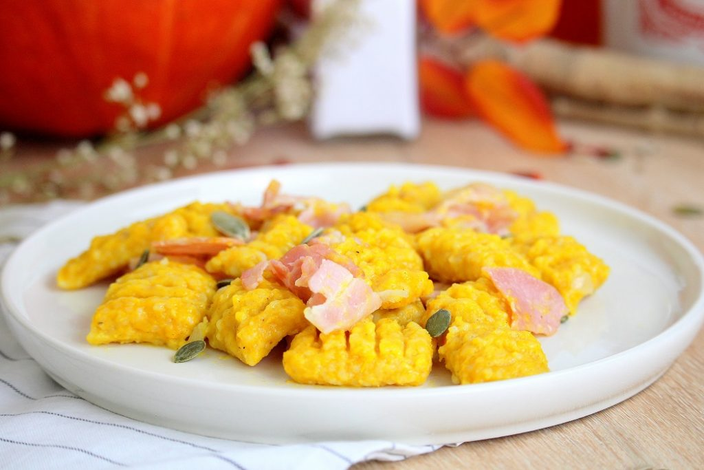 Recette de gnocchis au potimarron façon carbonara. Un plat gourmand, facile à faire.