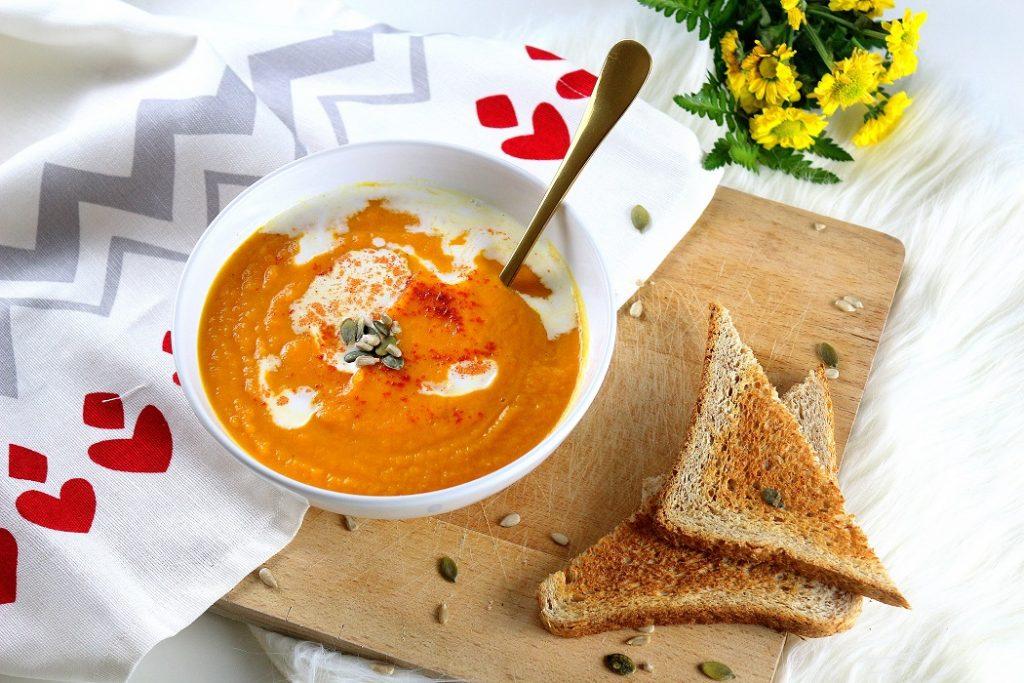 Recette healthy et rapide de velouté de carottes aux patates douces.