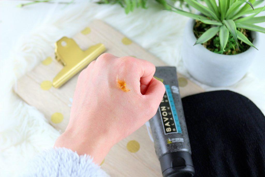 Texture du savon noir de chez Karawan. Un produit bio pour exfolier et avoir la peau toute douce.