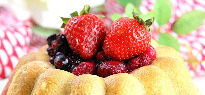 recette de charlotte aux fraises et aux fruits rouges. Légère et facile à faire.