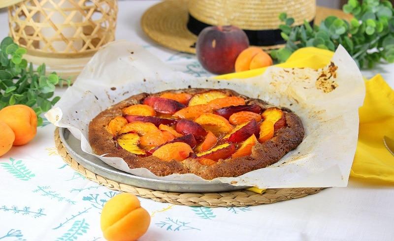 Tarte rustique vegan aux pêches et aux abricots. Gourmande et facile à faire.