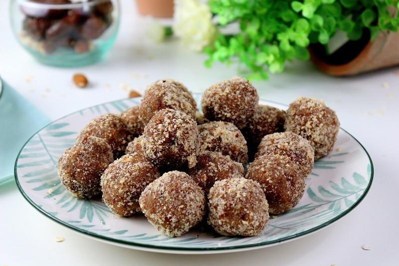 Recette healthy et vegan d'energy balls amandes, coco et noisette.