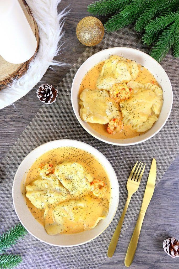 Recette de plat de Noël, des ravioles de gambas aux légumes avec leur crème bisquée.