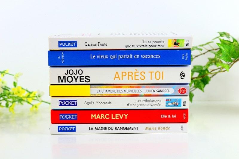 Lire des livres ou se cultiver pour s'occuper à la maison.