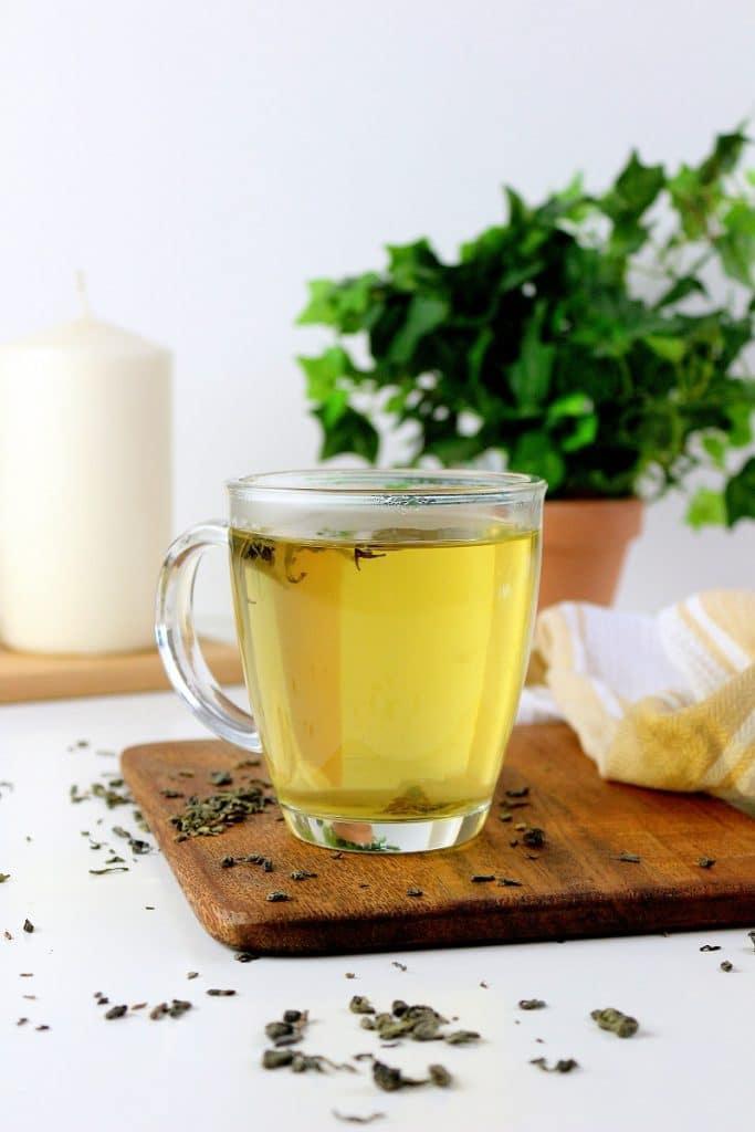 Boire du thé vert et des tisanes pour lutter contre le stress et l'angoisse de façon naturelle.