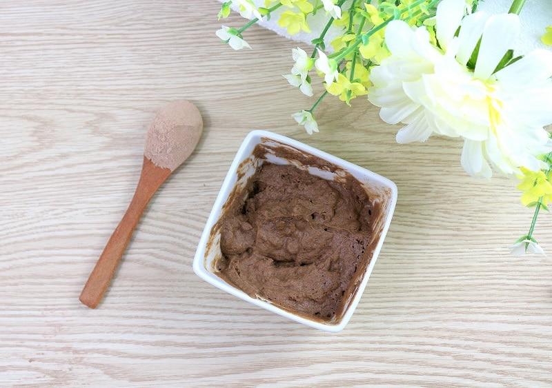 Masque maison au rhassoul et au vinaigre de cidre pour les cheveux gras.