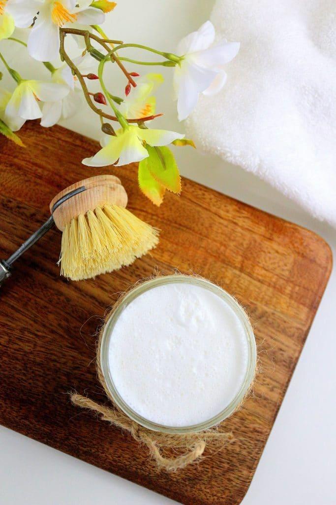 Recette de cake pour faire la vaisselle. Efficace, écolo, zéro déchet et facile à faire avec des ingrédients naturels.