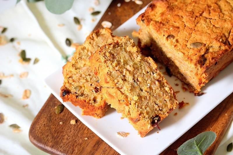 Recette de petit déjeuner sain et équilibré. Un cake au muesli, parfait pour faire le plein de protéines, lipides, glucides et fibres. Une recette healthy.