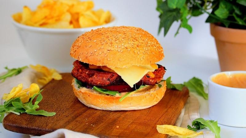 Recette de burgers végétariens avec un steak à base d'haricots rouges parfait comme alternative à la viande. Une recette réconfortante, facile à faire.