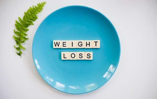 Dans cet article, je vous partage des astuces naturelles, faciles à mettre en place, pour perdre quelques kilos.