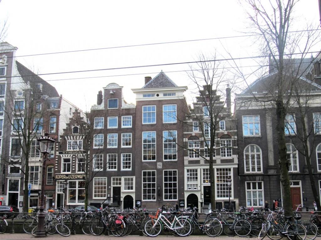 Les fameuses façades d'amsterdam et tout ses vélos.