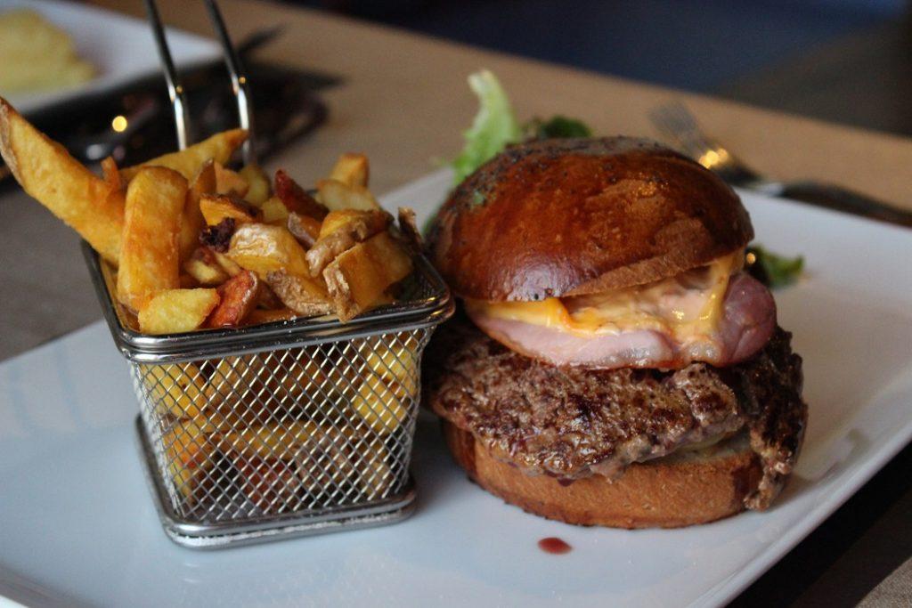 Délicieux burger à la tranche sur mer.