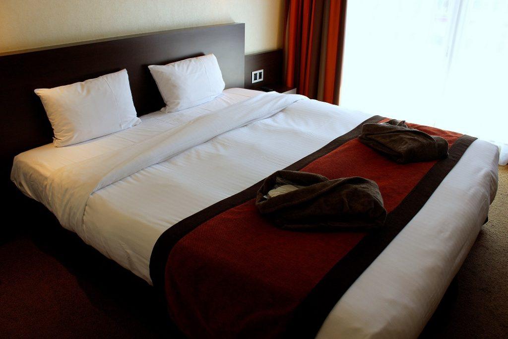 Chambre spacieuse et confortable de l'hôtel du Béryl à Bagnoles de l'Orne en Normandie.
