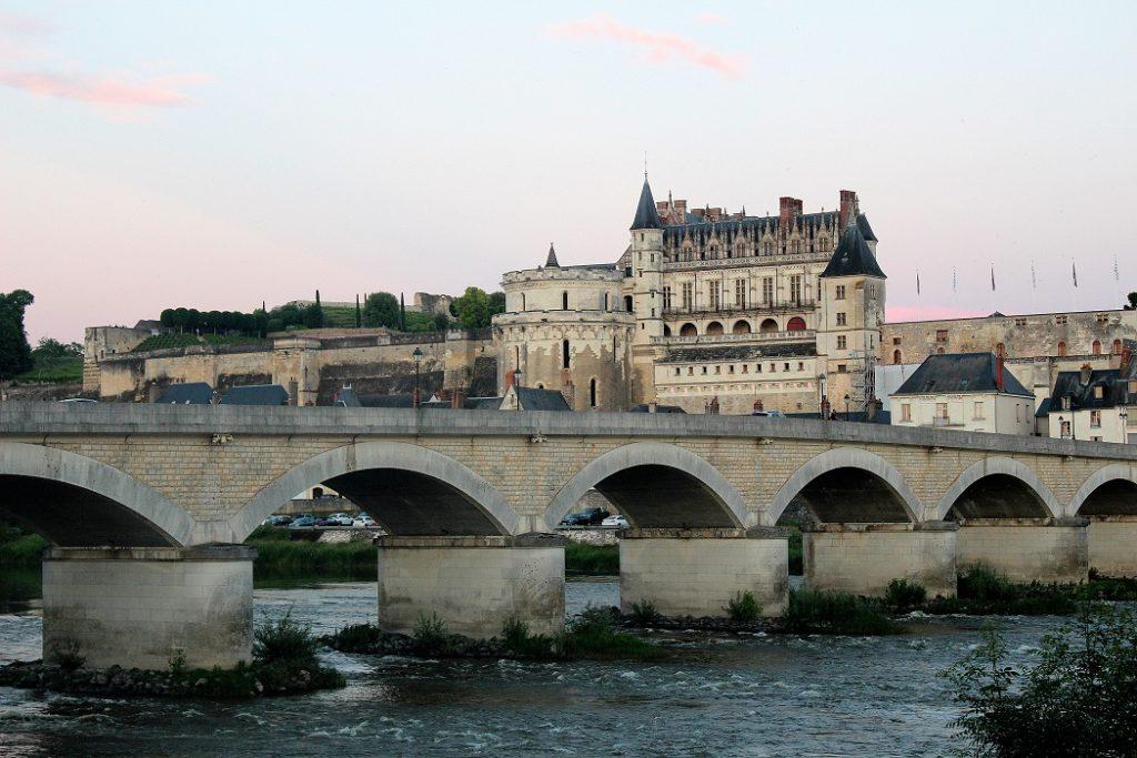 Le superbe château d'Amboise et ses fortifications.