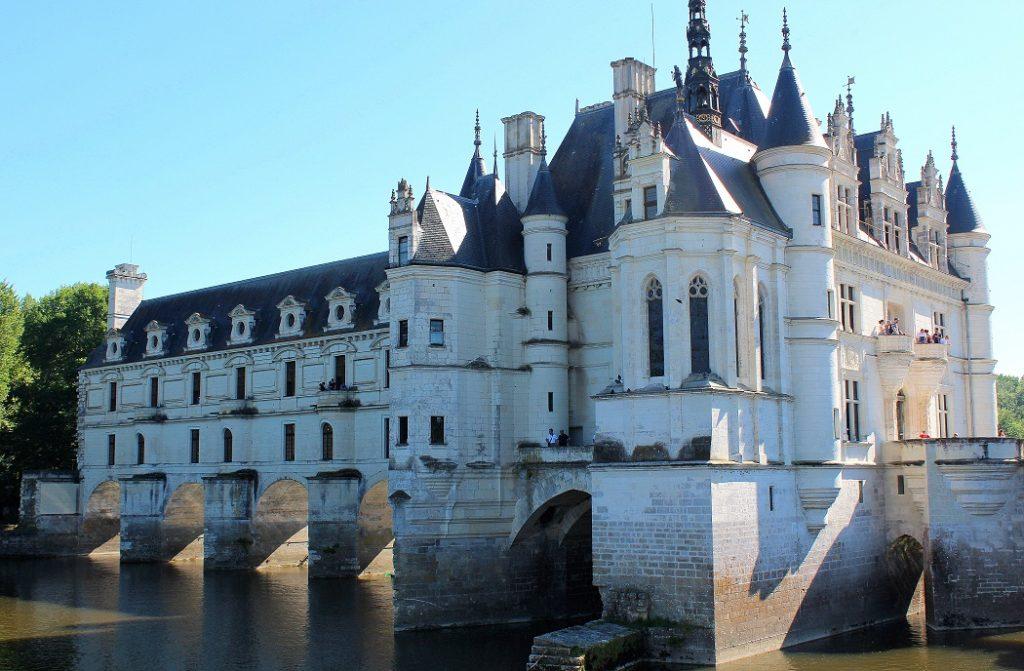 Le château de Chenonceau édifié au dessus de l'eau. Un endroit idéal pour un week-end au coeur des châteaux de la Loire.
