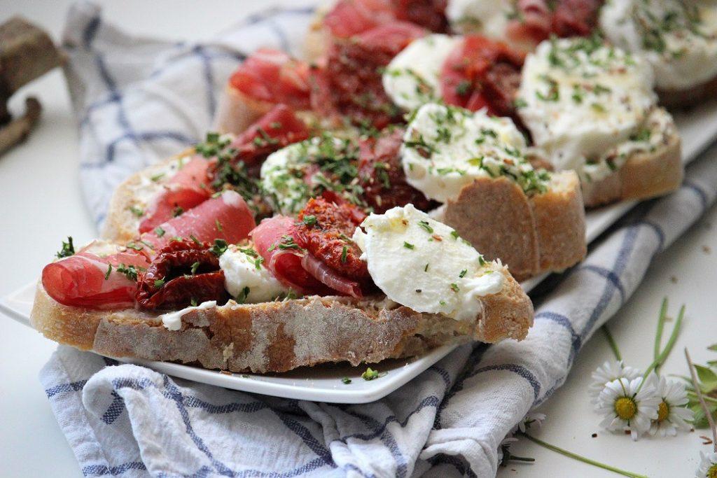 Recette de tartines jambon, tomates et mozzarella. Gourmande et rapide à faire.