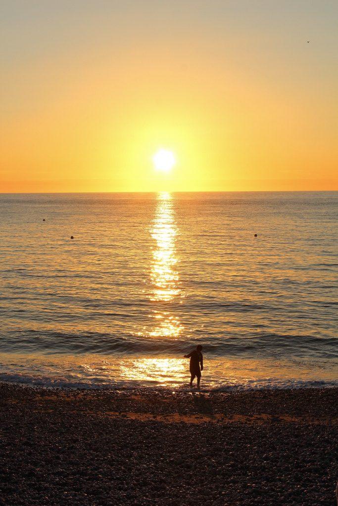 Coucher de soleil sur la plage d'étretat.