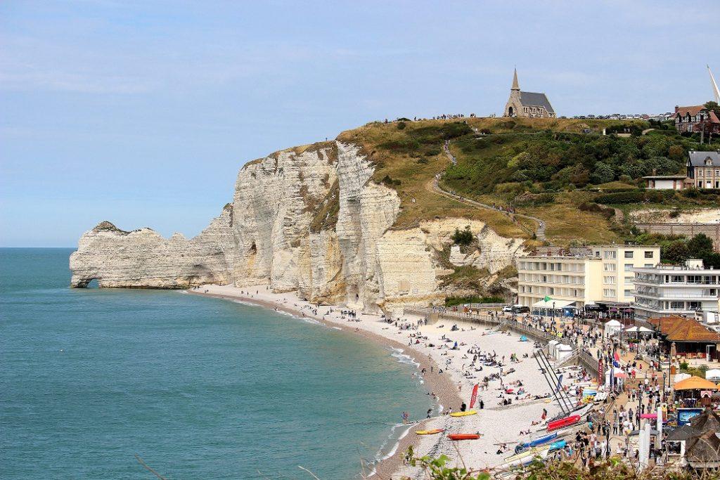 Etretat et sa plage de galets en Normandie.