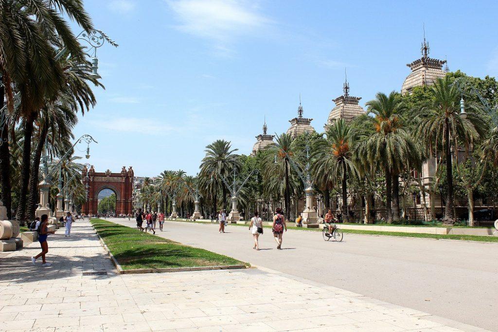 Passage de Lluis Companys et son arc de triomphe à Barcelone.