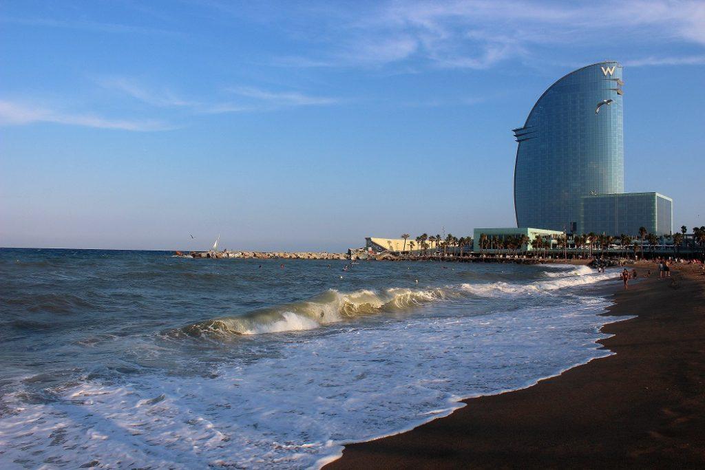 Plage de Sant Sebastia à Barcelone en Espagne. Parfait pour un long week-end à Barcelone.