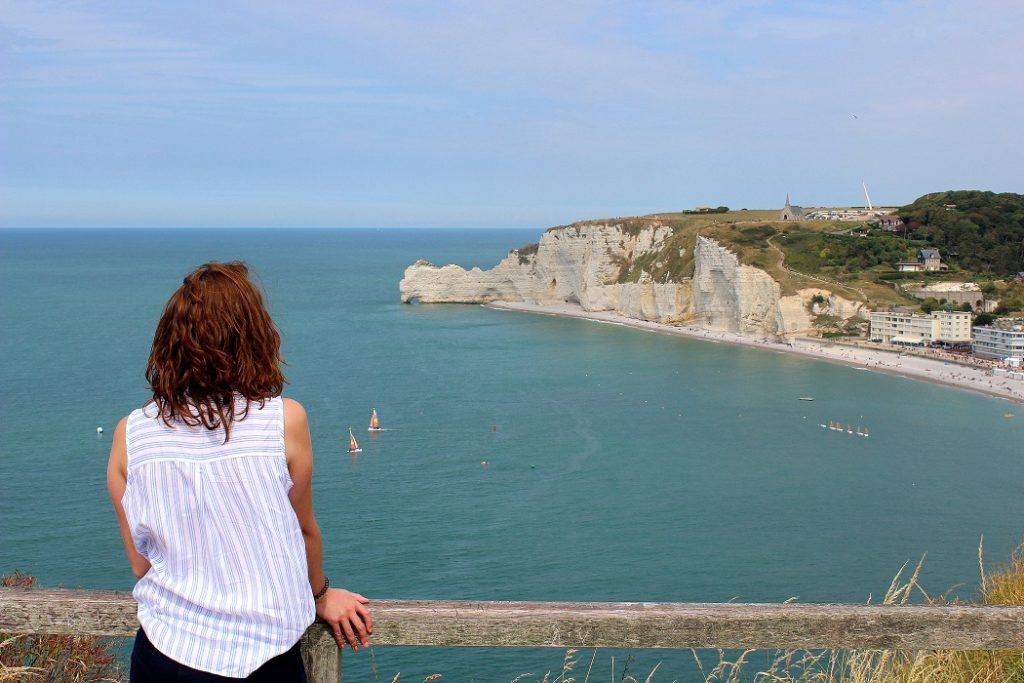 Vue sur les falaises d'Etretat et la mer en Normandie.