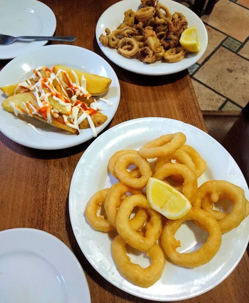 Bar à tapas proche de la plage la Barceloneta. Endroit typique pour déguster des patatats bravas, moules, chorizo, calamars... A des petits prix.