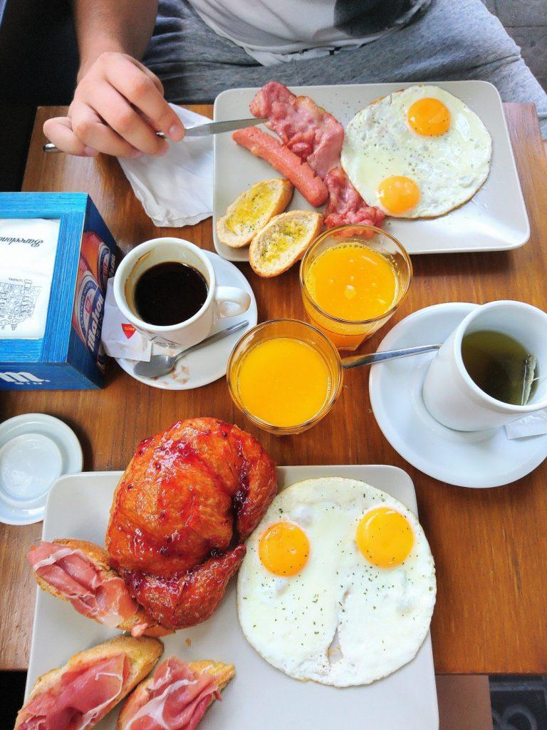 Restaurant pour un petit déjeuner Catalan ou Américain. Il propose également de délicieux burgers. Proche de la casa Batllo.