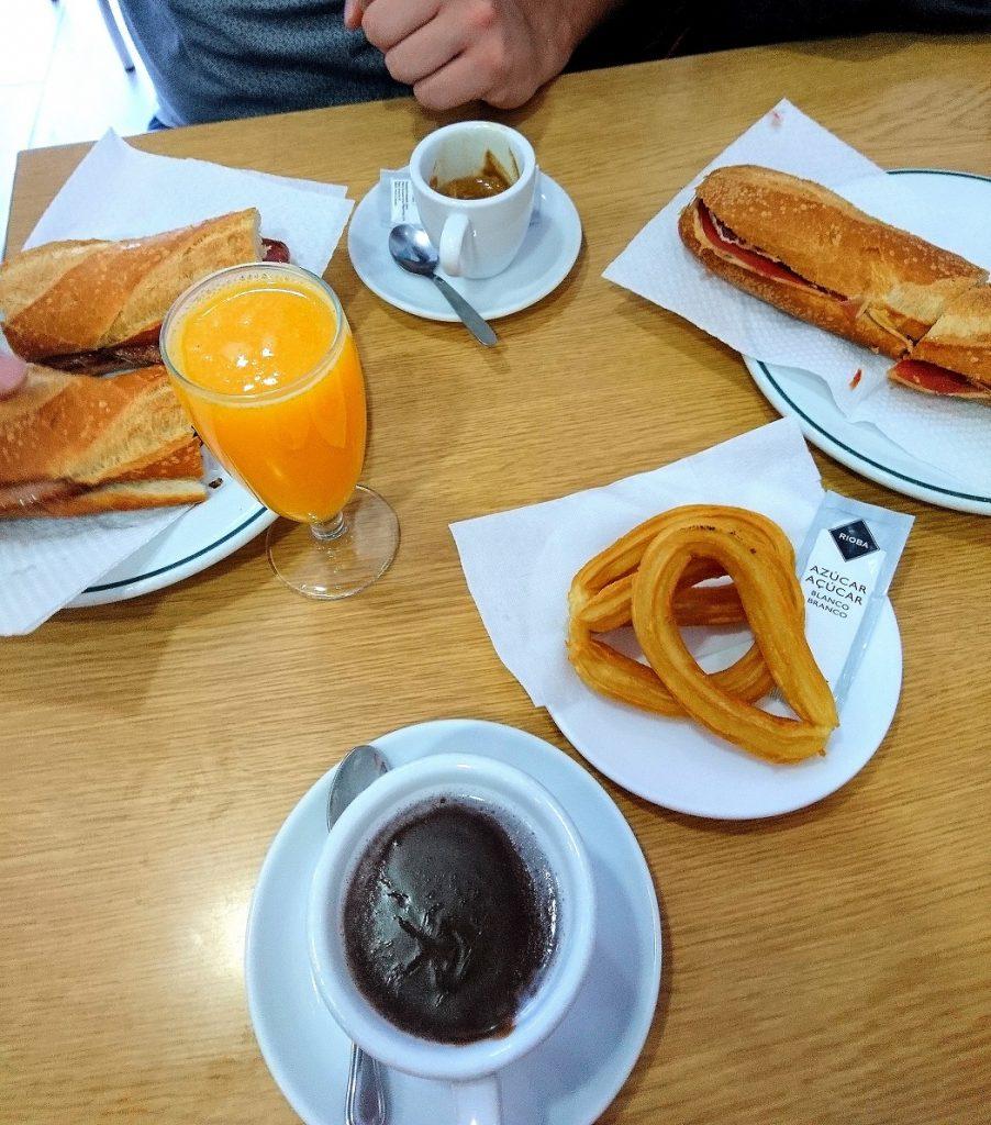 Petite brasserie proche du parc Guell pour déguster un chocolat chaud et des churros espagnoles. Accompagnés de délicieux bocadillos.