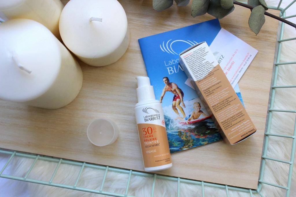 Crème solaire teintée pour le visage SPF 30 des laboratoires de Biarritz. Un produit solaire bio qui ne blanchit et très agréable à appliquer.
