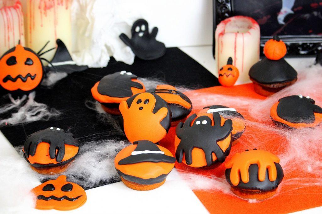 Recette de muffins marbrés pour halloween. Des muffins vanille et chocolat avec un décor pour la fête d'halloween.