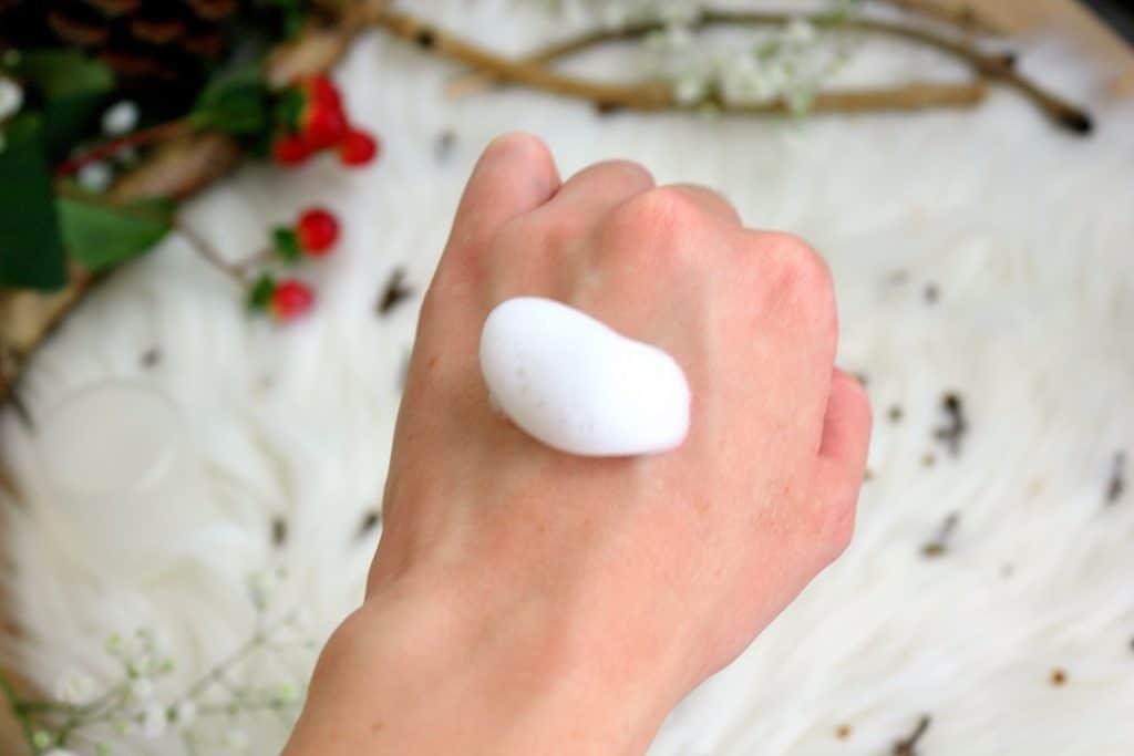 Mousse nettoyante de chez Mademoiselle bio. Parfaite pour les peaux sensibles. Elle nettoie, élimine les les impuretés et laisse la peau douce.