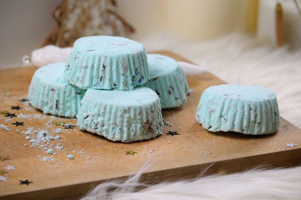 Recette de palets effervescents fait maison pour le bain. Une recette beauté facile à faire, zéro déchet et naturelle. Parfait pour un cadeau fait maison.