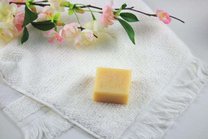 Mon avis sur le shampoing solide à la coco de savon stories. Un produit zéro déchet économique et écologique.