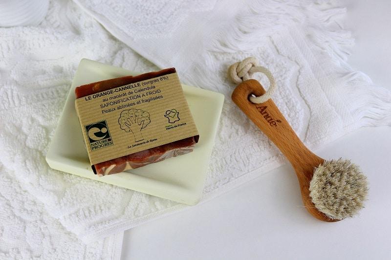 savon orange cannelle et brosse pour le visage - only laurie