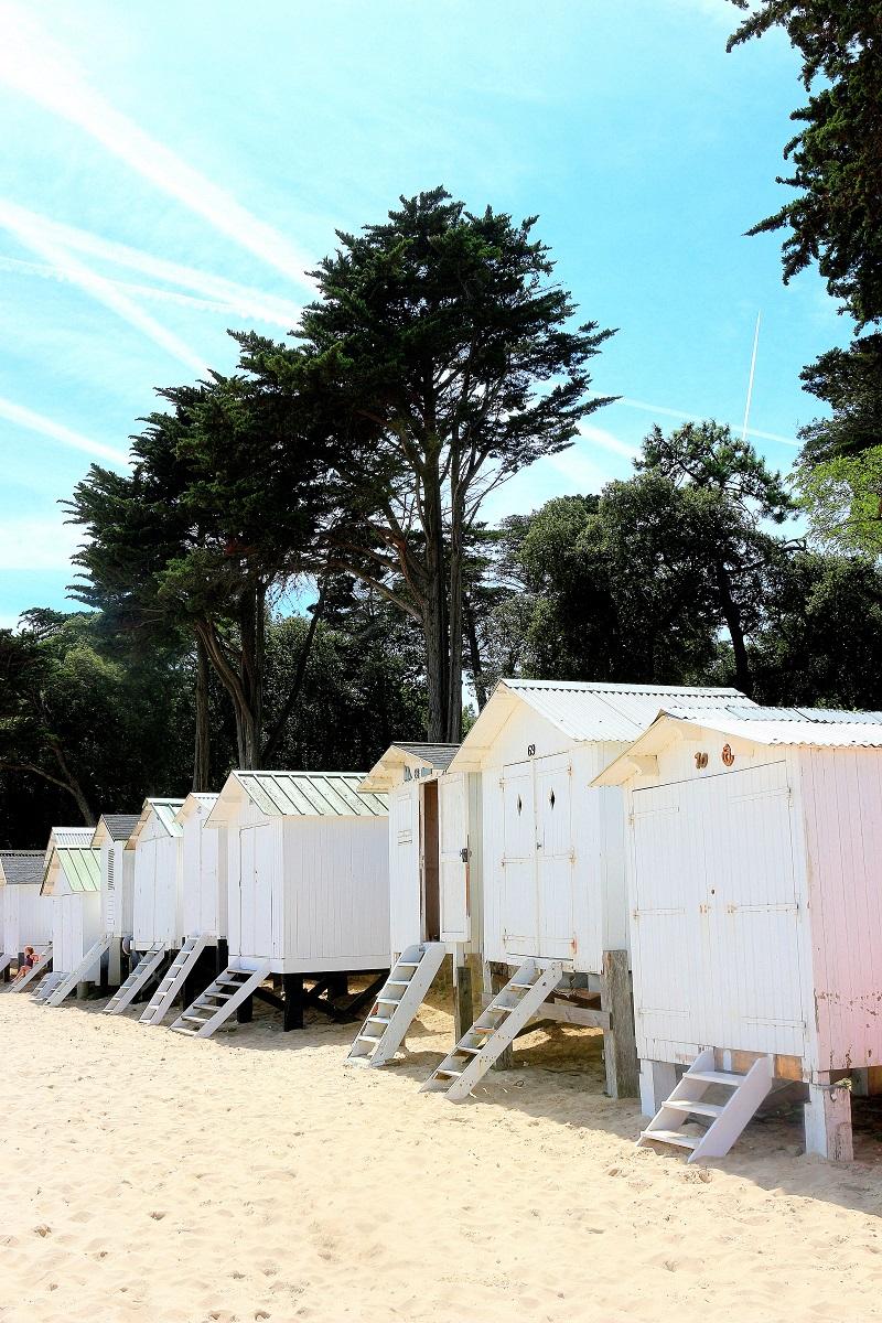 plages des dames de noirmoutier et ses fameuses cabines de plage.