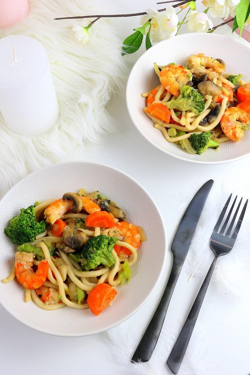 Recette de nouilles chinoises aux crevettes et petits légumes. Parfaite pour une soirée en amoureux.