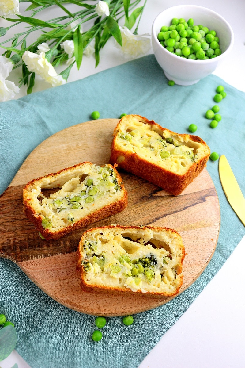 Cake salé healthy et végétarien à base de brocoli et petits pois.
